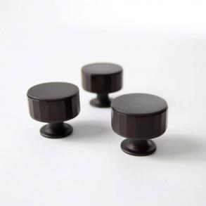 Turnstyle Designs Möbelknoppar modell P5050
